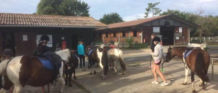 Scéance équitation pour les enfants en séjour - Centre Soulac sur Mer