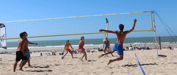 Scéance de Beach Volley sur la plage avec les jeunes - Centre de Séjour Soulac sur mer
